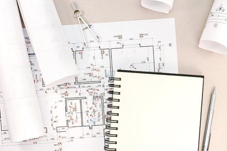 compas de dibujo: espacio de trabajo de arquitecto con planos, rollos, bloc de notas, compás de dibujo y un lápiz Foto de archivo