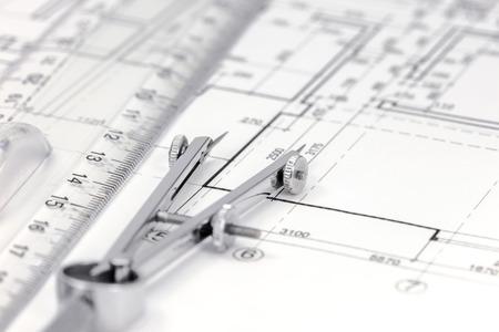 compas de dibujo: espacio de trabajo de arquitecto con el plan de piso, comp�s y regla de dibujo Foto de archivo