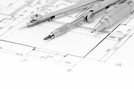 compas de dibujo: de fondo plano de planta con el compás y el lápiz de dibujo