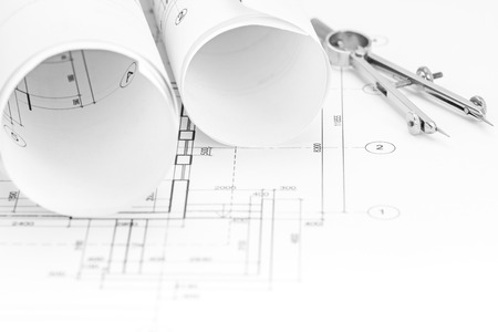 compas de dibujo: de fondo plano con planos rollos y compás de dibujo Foto de archivo