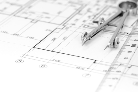 compas de dibujo: dibujos arquitectónicos con plan de la casa y el compás de dibujo Foto de archivo