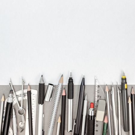 compas de dibujo: La página de papel en blanco con plumas y lápices, dibujo compás, transportador, goma de borrar, sacapuntas, vista desde arriba Foto de archivo