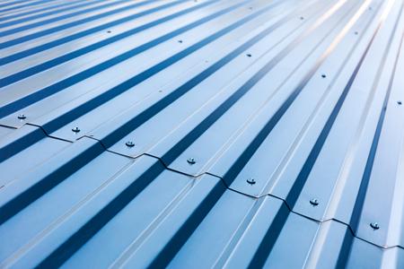 리벳, 산업 배경으로 푸른 골판지 금속 지붕