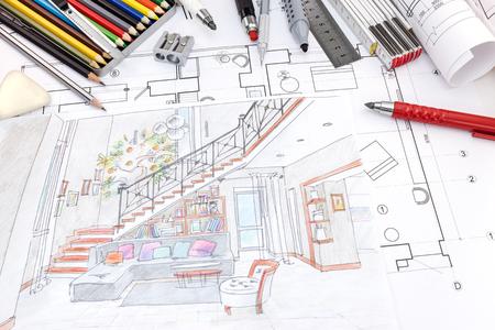ontwerpers werkplek met gekleurde handgeschilderde schets van een woonkamer en tekengereedschappen Stockfoto