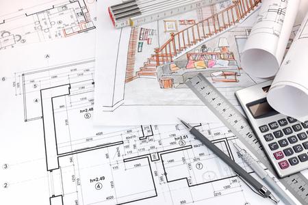 grafische plannen en met de hand getekende schetsen van de woonkamer interieur en tekengereedschappen op ontwerpers tafel Stockfoto