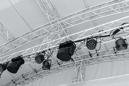 전문 무대 스포트라이트 장비. 야외 무대에서 여러 스포트 라이트.