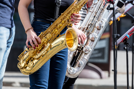 Quatuor de jeunes saxophonistes jouant des saxs lors de la performance de la rue Banque d'images