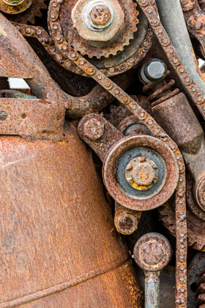 dientes sucios: old worn out rusty gear wheels and sprocket closeup Foto de archivo