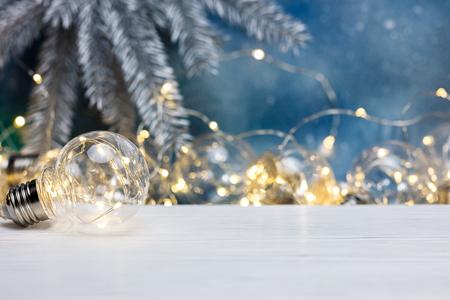 Lampe décorative pour l'éclairage, guirlande de Noël décorative floue sur fond bleu Banque d'images - 90330147