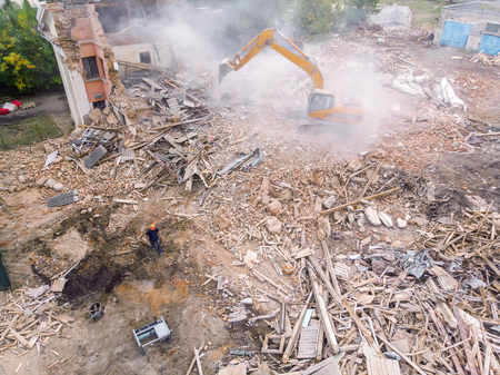 top view of demolition site with industrial machinery and workers clearing out the territory Standard-Bild