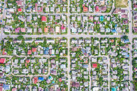 Vista aérea superior de la zona suburbana con casas y carreteras asfaltadas. mirador desde arriba