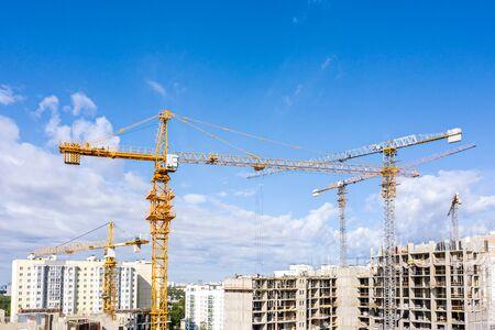 Bau eines neuen Wohngebiets. Ausbau der städtischen Infrastruktur. Luftaufnahme