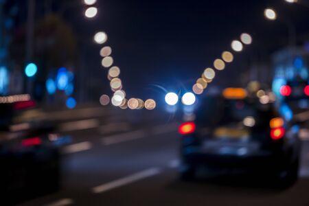 車の動きがぼやけた街の夜のシーン。夜の車の交通