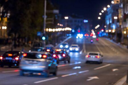 tarde o ciudad de noche. paisaje urbano con tráfico rodado. luces borrosas del coche, larga exposición