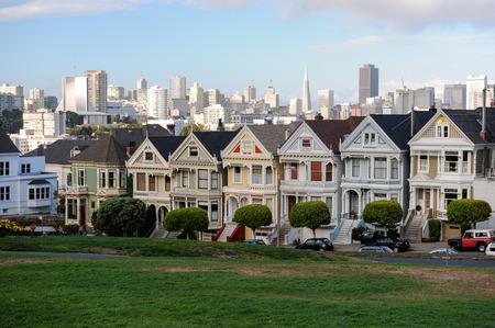 Maisons à San Fransisco avec vue sur la ville antécédent Banque d'images