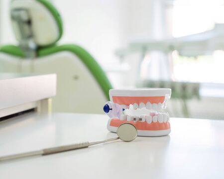 Sterile instruments are in the dentists office. The mirror and the layout of the jaw lie on the table of the orthodontist. Oral hygiene, caries prevention, examination. Stockfoto