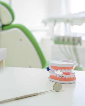 Sterile instruments are in the dentists office. The mirror and the layout of the jaw lie on the table of the orthodontist. Oral hygiene, caries prevention, examination. Archivio Fotografico