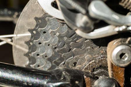 Mountain bike wheel gears closeup. Brake system. Close-up. Shifting speeds. 版權商用圖片