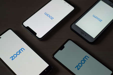 November 8, 2020 Russia, Novosibirsk: Smartphones with zoom logo on the screen. Application for online communication 新聞圖片