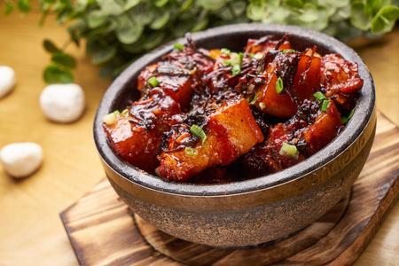 돼지 고기 곁들임 갈색 소스 스톡 콘텐츠