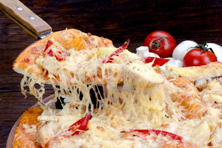 margarita pizza: Margarita pizza with tomatoes and cheese