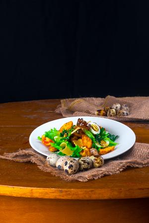 huevos de codorniz: salad with croutons and quail eggs