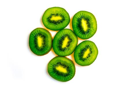 kiwi fruta: kiwi es una vista superior en sección del fondo blanco Foto de archivo