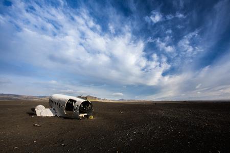 douglas: Airplane wreckage on black sand beach. Douglas Dakota DC3, US navy, South Iceland