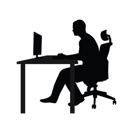 Man sitzt auf dem Bürostuhl am Tisch und arbeiten am Computer. Seitenansicht. Vektor-Silhouette. Man arbeitet im Büro am Schreibtisch und starrte in Monitor