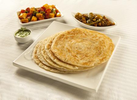 混合野菜とピクルスのインド パキスタンのデジ料理パラタ