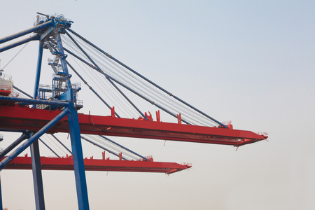 Terminal grid container lifter