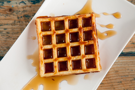 Maple syrup waffle top angle Imagens
