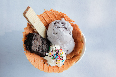 Ice cream sundae with brownie wafer waffle biscuit Imagens