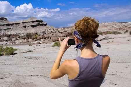 Une jeune femme prise de quelques photos dans une journ�e ensoleill�e
