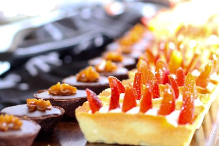 Row of individual serving of desserts whit strawberry Reklamní fotografie