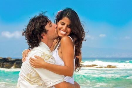 Couple attrayant sur la plage