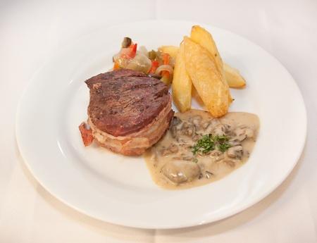 Steak savoureux avec la pomme de terre et l�gumes grill�s Banque d'images