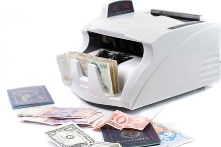Un compteur de monnaie �lectronique, traitement des factures et passeport Banque d'images