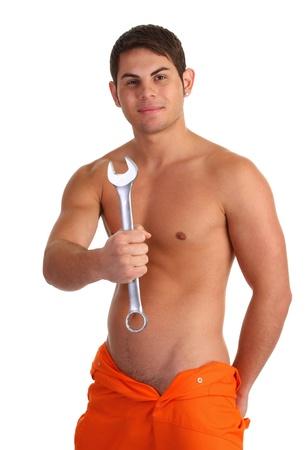 overalls: Un hombre sin camisa sosteniendo una llave