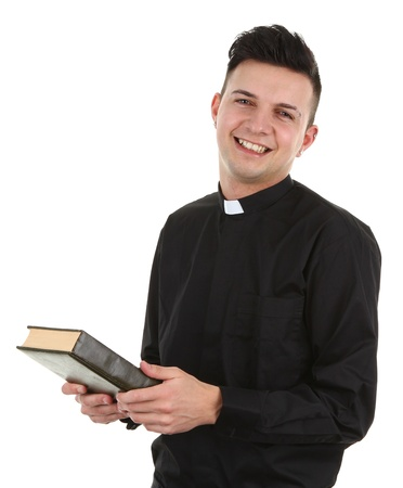 sotana: Un sacerdote con una biblia, aislado en blanco