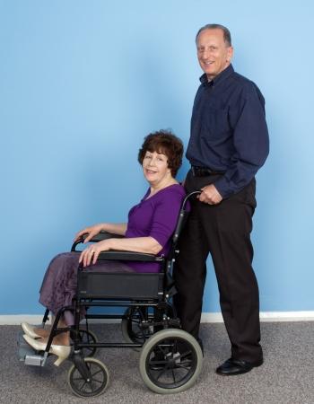 Un marido empuja a su mujer en una silla de ruedas Foto de archivo - 14797947