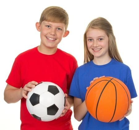 baloncesto chica: Muchacho que sostiene un bal�n de f�tbol y una ni�a sosteniendo una pelota de baloncesto, aislado en blanco