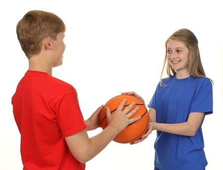 Dos ni�os jugando baloncesto, aislado en blanco. photo