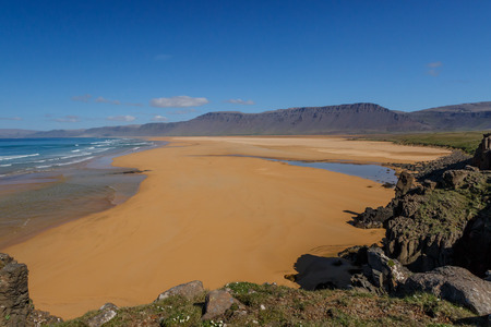 Raudasandur Strand in den Westfjorden Islands Standard-Bild - 64575418