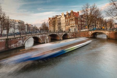 アムステルダム カイザース運河遊覧船を渡す