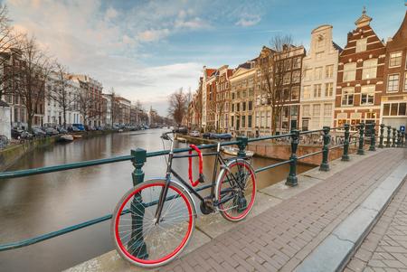 橋の欄干に対してアムステルダム自転車