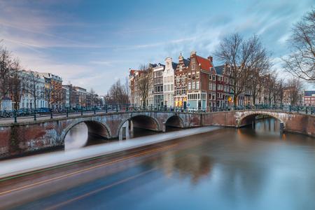 アムステルダム カイザース ツアー ボート渡す 写真素材