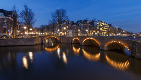 青の時間でアムステルダム カイザース 写真素材