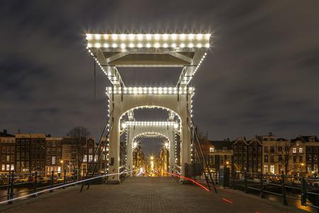 夜のアムステルダム橋