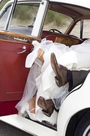 mariés en s'amusant dans la voiture